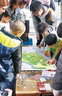 地図上で自宅の浸水想定を確認する児童ら