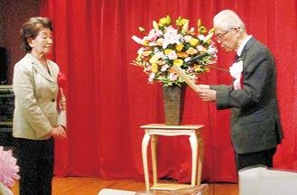 大津会長(右)から賞状を受け取る宮・花・宿3・4町内会百寿会の関係者