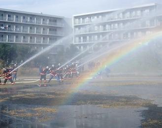 水と虹のコラボも見られた