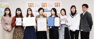案内板を手にする市社協の中村香織常務理事(中央左)と笹原さん(右から3人目)ら専門学校の学生
