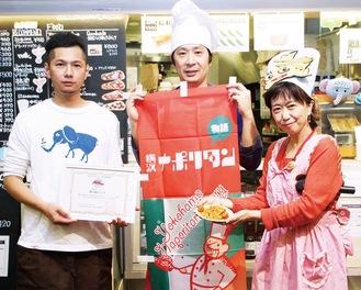 10周年イベントで象の鼻カフェを認定する田中さん(中央)と岩室さん(右)。左はカフェの吉澤竜太店長