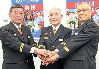 手を合わせる涌井団長(中央)と有賀副団長(左)、山田副団長
