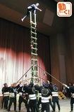 とび職人がはしご妙技