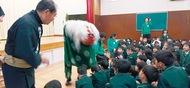 幼稚園児が獅子舞知る