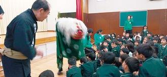 園児の中に入っていく獅子舞(幼稚園提供)