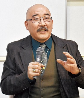 講演会で米国のカジノ事情などを語る村尾さん