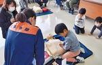 AEDの使い方を学ぶ子ども