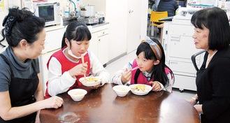 ちらし寿司を頬張る子ども(左は長島さん、右が竹川さん)
