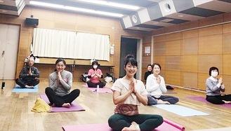 吉村さん(中央)と受講生たち