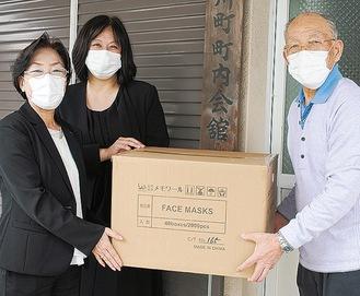 マスクを手渡す社員(左)。右はお三の宮連合の杉山会長