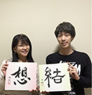 自身の作品を持つ粟津さん(左)と息子の紅翔さん