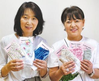 手作りマスクを持つ上村さん(左)と坂口さん