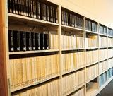 過去の本会議に関する記録が並ぶ棚