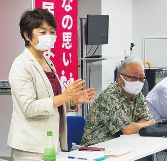 あいさつする岸部氏(左)