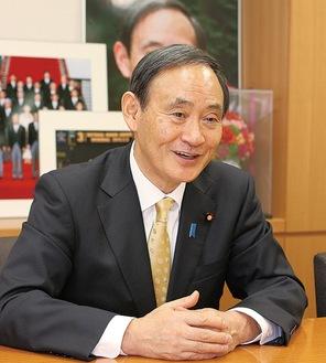 官房長官時代の2015年、本紙の取材に応じる菅氏