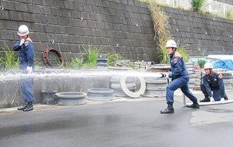 放水する隊員