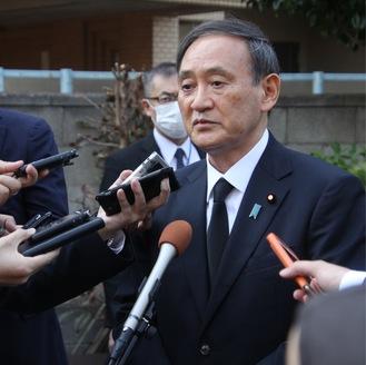 墓前への報告を終えて記者の質問に答える菅首相