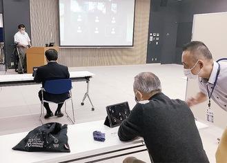 職員から操作方法の説明を受ける参加者