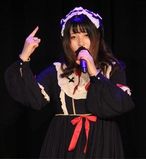 「地雷系」の衣装で歌う尾上さん