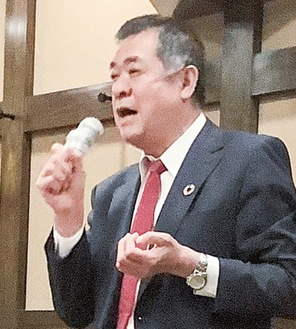 組合員らを前にあいさつする米田理事長