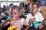 食糧難に苦しむ人々を支援している