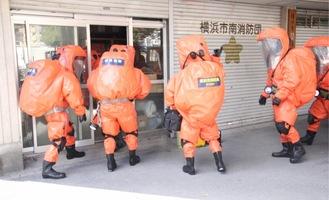 防護服を着て逃げ遅れた人の救助に向かう隊員