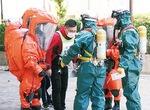 住民役を救助する消防隊員