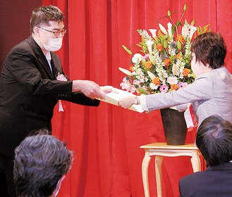 松山区長(右)から賞状を受け取る和田裕勝さん