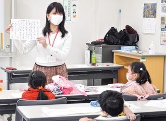 子どもに日本語や文化を教える粟津さん