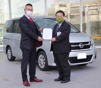 田中局長(右)に車両を引き渡す岩崎社長
