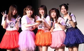 住吉さん(中央)を祝うメンバー(左から太田あかりさん、入船あんさん、1人おいて尾上まなみさん、港ゆきさん)