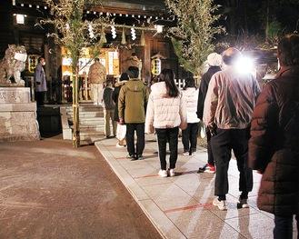 日枝神社の参道に間隔を開けて並ぶ初詣客(元日午前0時10分)