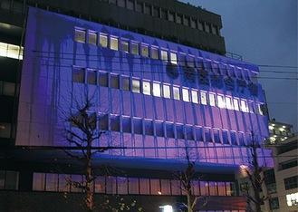 ライトアップされた庁舎