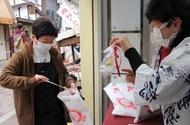 菅首相の出身地 秋田・湯沢の犬人形を横浜橋通商店街で配布
