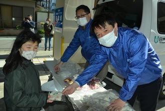 活動に参加した横浜南央ロータリークラブの芝野会長(右)