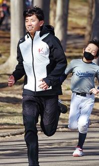 走りながら指導する曽根さん(左)