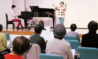 ステージ上で歌う赤岡さんと参加者
