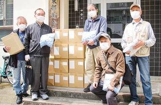 配布するトイレパックを手にする高木会長(中央右)や各町内会長