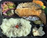 弘明寺商店街の弁当・惣菜店「あしな」 魚から揚げ物、煮物までバランスの良い日替わり弁当