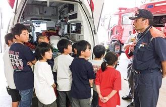 消防署で話を聞いて学ぶメンバー
