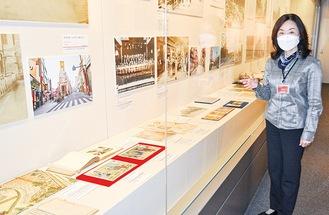 展示品で中華街の軌跡をたどる。写真右は伊藤副館長