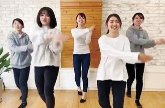 ダンスを披露する教諭ら