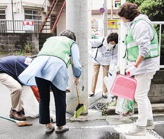 清掃する蒔田地区の住民。松山区長(奥)も参加した