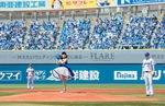 ミニドレスを着用して始球式に臨んだポニカロードの太田あかりさん(5月9日)