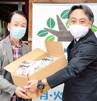 食料品を美甘会長(左)に手渡す篠崎店長