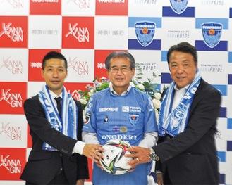 上尾社長(左)、奥寺会長(右)と連携を誓う近藤頭取(中央)