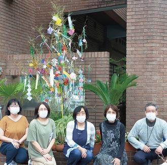 南永田桜樹の森の前で完成を喜ぶメンバー