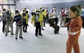 「こしながさゆり」(右)と体操する参加者
