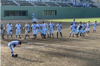 強豪のY校を破り歓喜する横浜清陵の選手たち(後方)