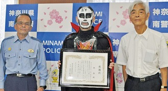 岩田会長(右)と田中署長(左)から感謝状を受け取る鉄拳さん